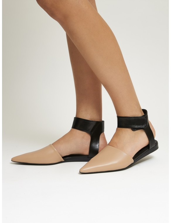 Flat sandal tip strip ankle.