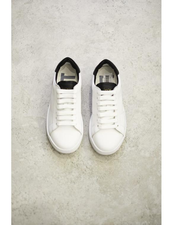 Sneaker blanca lista negra